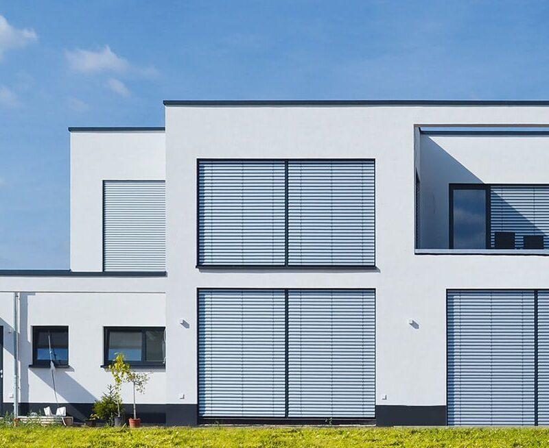 Moderne Zweigeschossige Bauhausvilla mit integrierter Dachterrasse und bodentiefen Fenstern