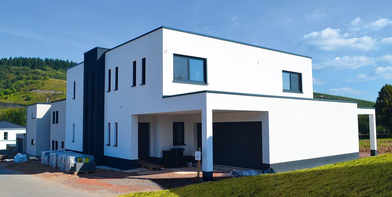 großer Neubau, Kubus, Flachdach mit großer Garage