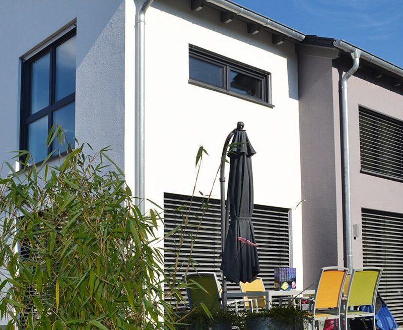 Modernes zweigeschossiges Haus mit Satteldach und Erker