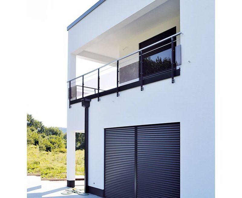 Zweigeschossiges Flachdachhaus mit integrierter Doppelgarage, zum Teil verklinkerte Fassade