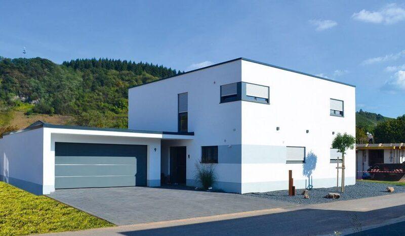 Wohnkubus mit integrierter Doppelgarage im Bauhaustil