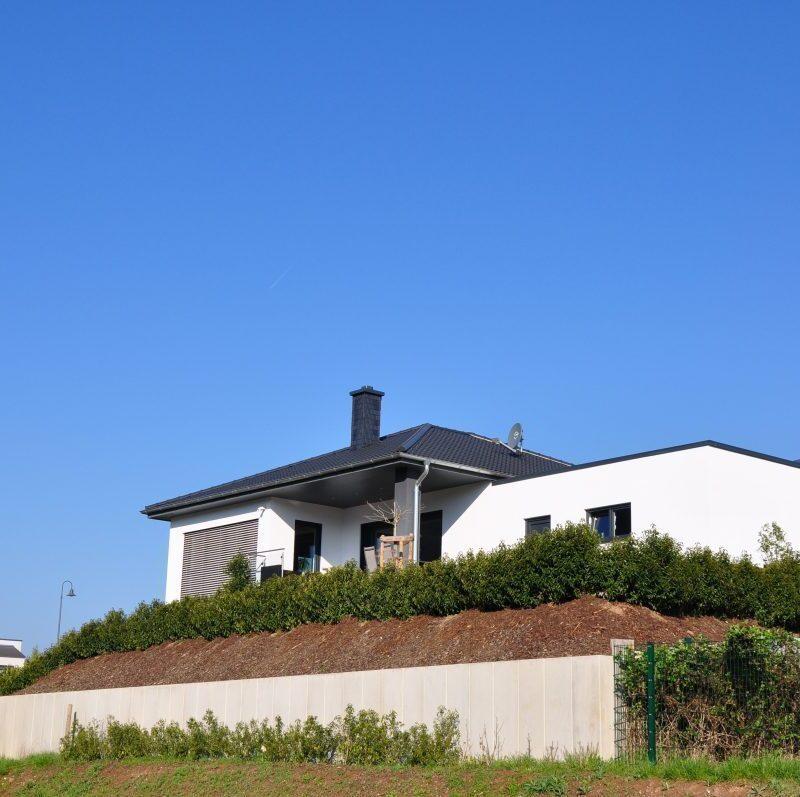 Bungalow mit Einliegerwohnung, mit Doppelgarage und Freisitz