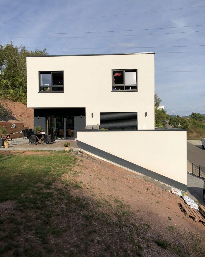 Neubau mit Flachdach, Terrasse, mit abschüssigem Grundstück