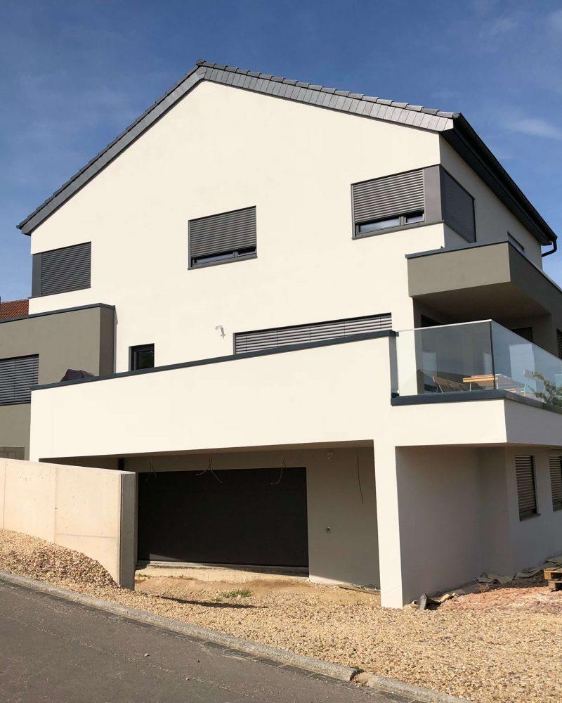 Modernes Einfamilienhaus mit Satteldach, großzügig angelegten Dachterrasse, Wohnkomfort auf drei Ebenen
