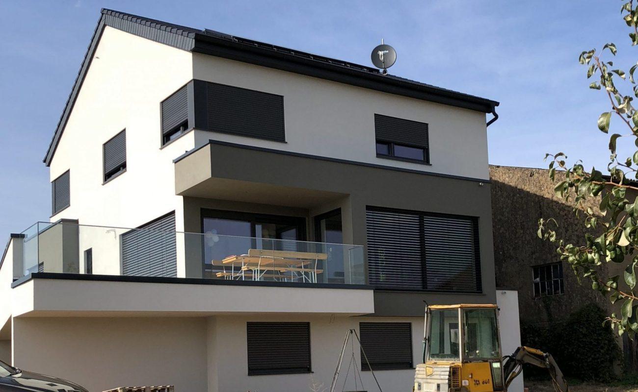 Einfamilienhaus mit dunklen Stilelementen großer Balkon