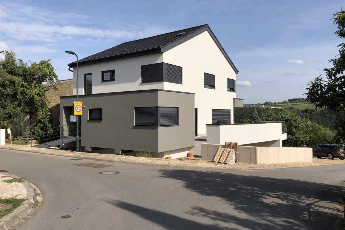 Einfamilienhaus mit dunklen Stilelementen
