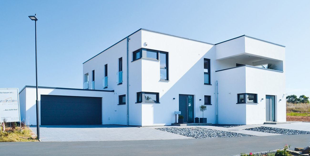 moderner Neubau mit großen Glasflächen