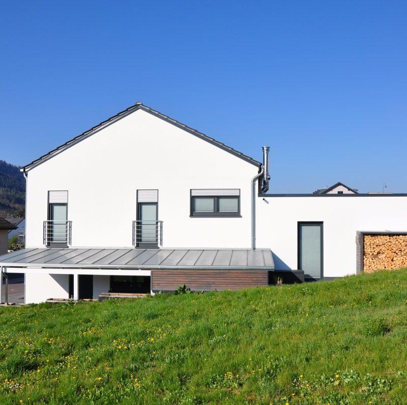 Einfamilienhaus auf abfallendem Grundstück, Wohnbereiche auf verschiedenen Ebenen im Split-Level angeordnet