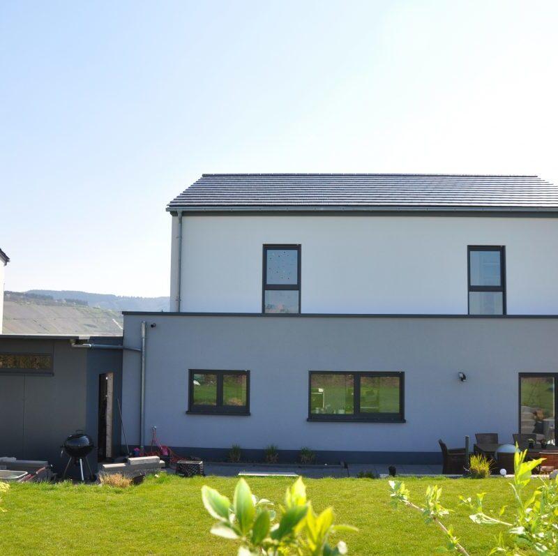 Familienfreundliches Einfamilienhaus mit flachem Satteldach, zwei Vollgeschossen und Carport