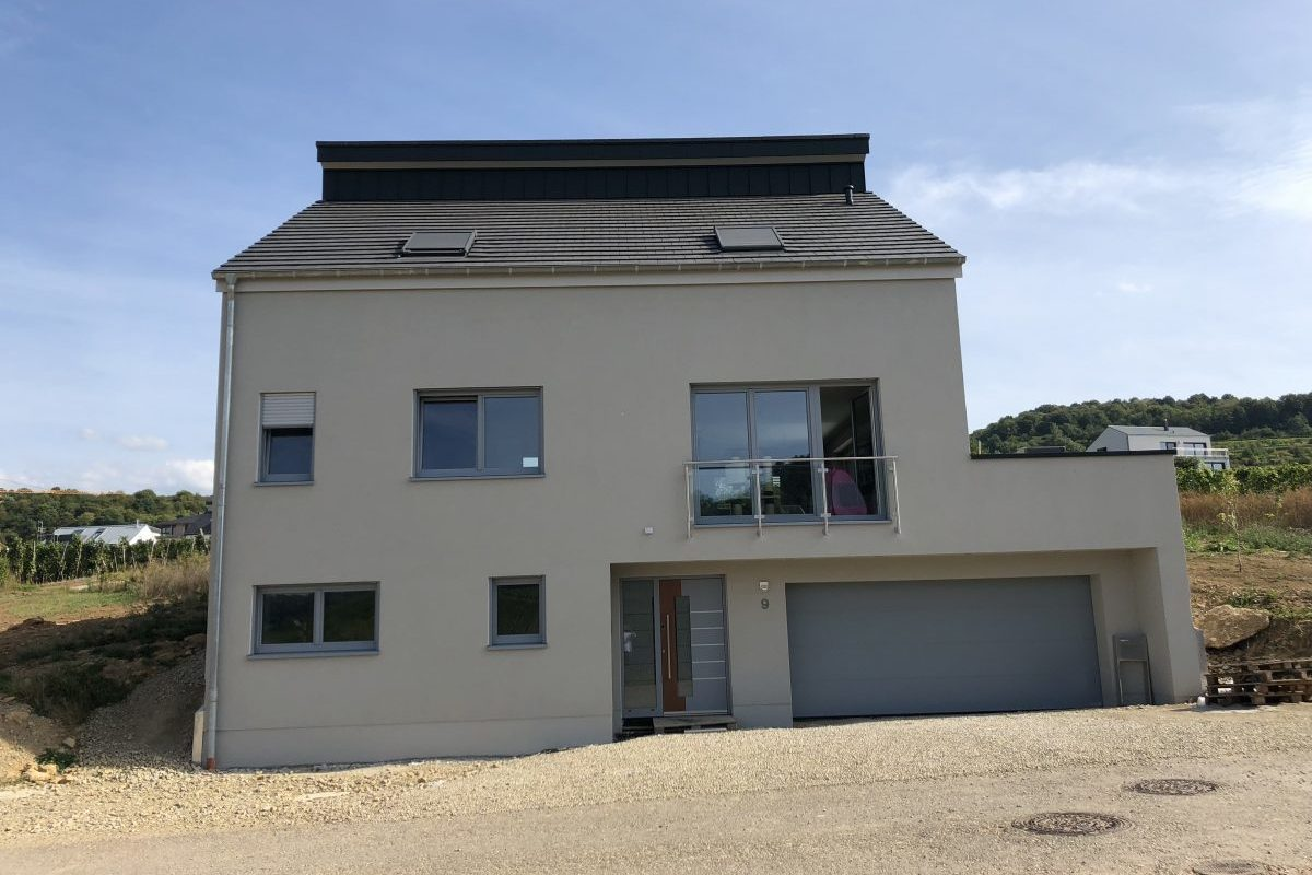 Einfamilienhaus mit integrierter Doppelgarage bietet Wohnkomfort auf drei Ebenen