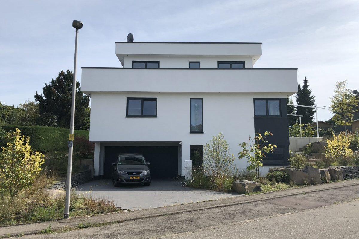 Modernes Einfamilienhaus in leichter Hanglage
