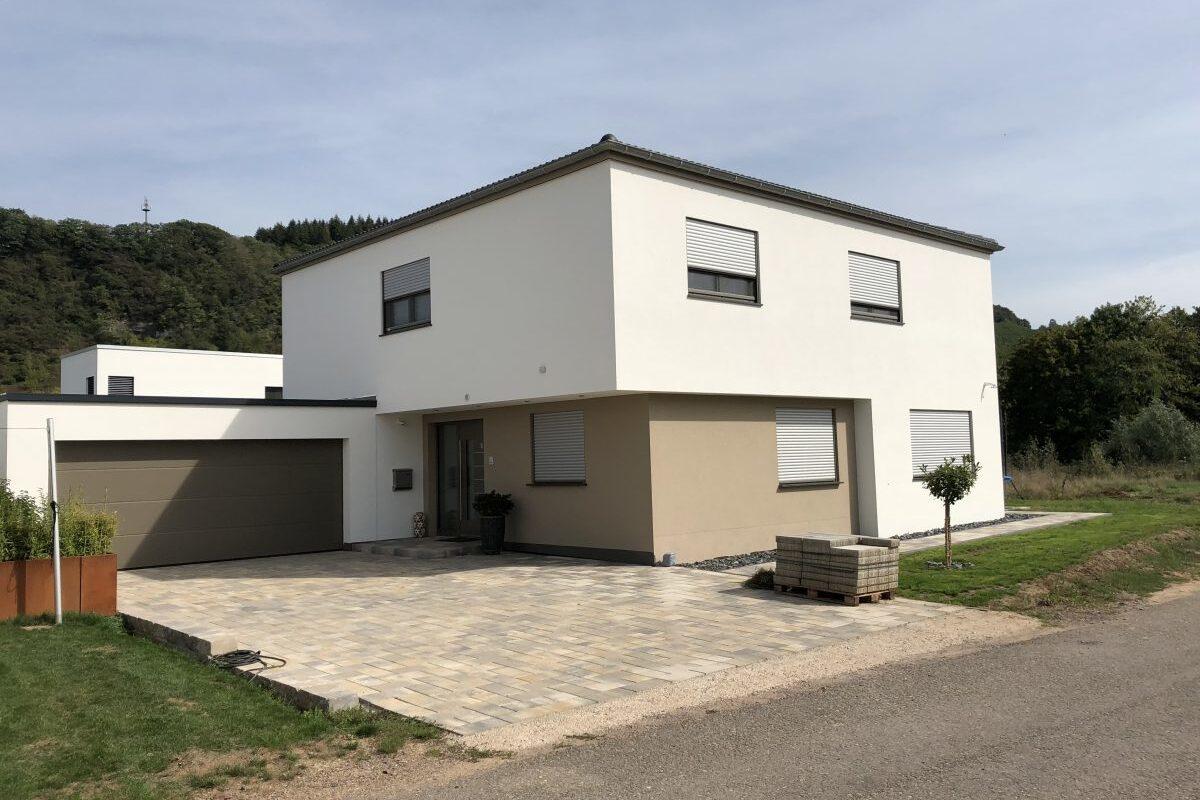 Moderne Stadtvilla mit flachem Walmdach, puristisches Design mit moderner Ausstattung.