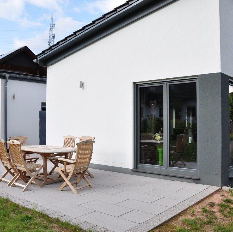 Zweifamilienhaus im Bungalowstil mit gemeinsamen Innenhof