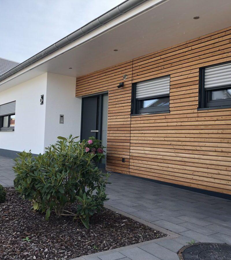 Einfamilienhaus im Bungalow-Stil, teilweise Holz vertäfelte Fassade