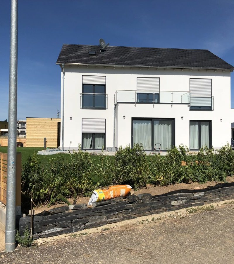 Lichtdurchflutetes Einfamilienhaus mit Satteldach, Erker mit verglastem Balkon