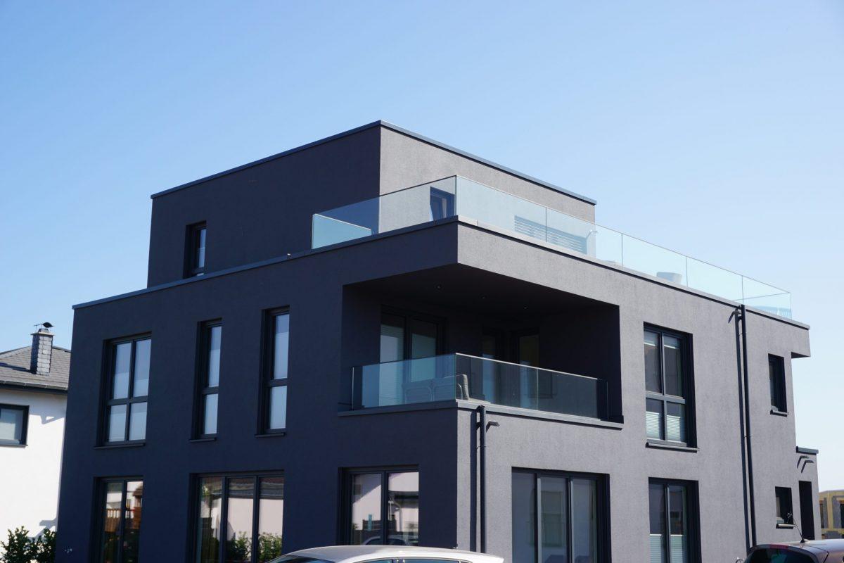 Schwarze-fassade-staffelgeschoss